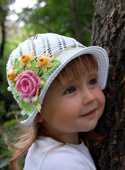 bonnet blanc au bouquet de fleurs