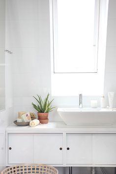 Weißes Bad mit Pflanzen.