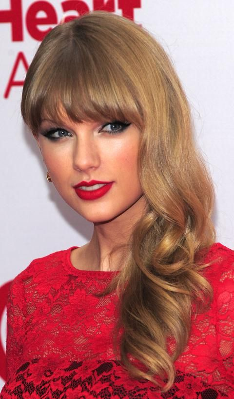 Taylor Swift Taylor Swift Red Carpet Makeup At Iheartradio Music Festival Taylor Swift Red Lipstick Hairstyles With Bangs Taylor Swift Bangs