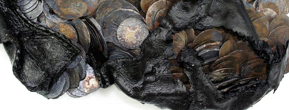 In Rotterdam hebben archeologen bijna 500 zilveren munten uit vooral de zestiende eeuw gevonden. Ze lagen in een schoen en werden ontdekt bij bouwwerkzaamheden op de plek van het vroegere stadskantoor.