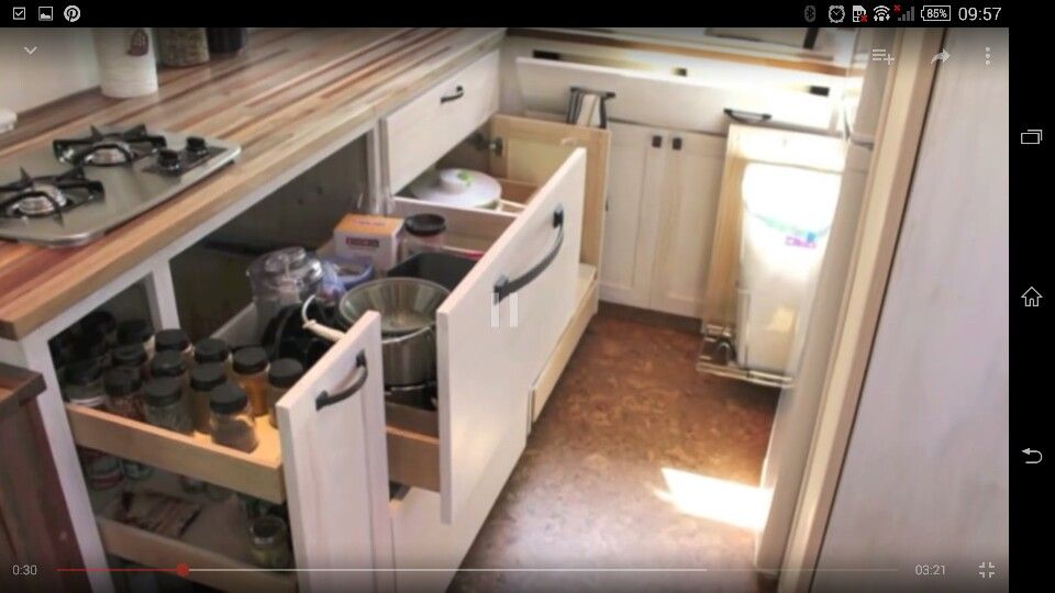 Idéia de armário e economia de espaço numa casa que deve ter uns 20 m², mostrada neste vídeo: https://youtu.be/lgKxqVL9VRk