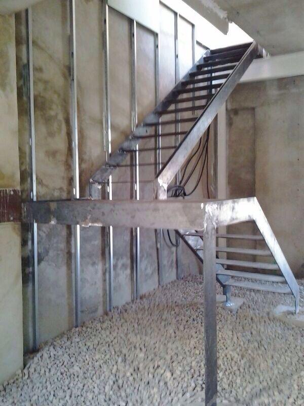Instalacion de escalera de hierro de dos tramos con for Escalera de metal con descanso