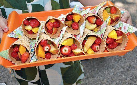 Frutas servidas em casquinha de sorvetes, pra animar as crianças com saúde neste calor ;)