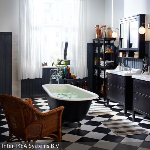 Einer freistehenden Badewanne mitten im schwarz-weiß gefliesten Badezimmer wird ein besonderer Platz zuteil. In einer antikisierten Gusseisenform mit  …