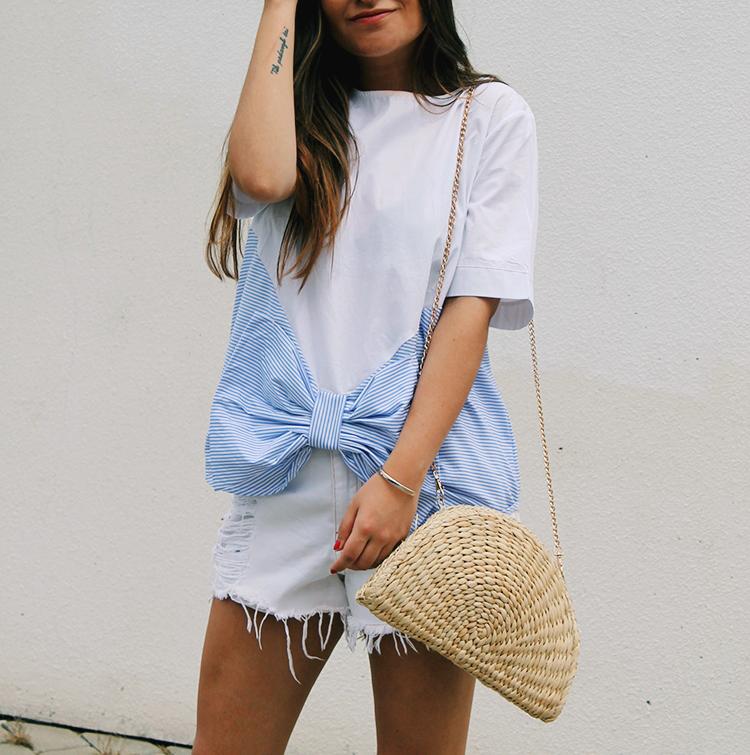 Look de verano llevando camiseta con lazo