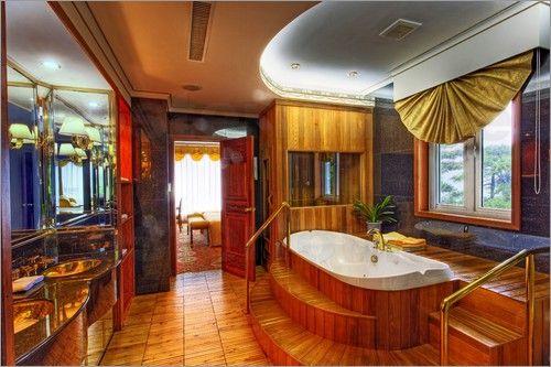 "Bild von Adam Jones - ""Plush interior of bathroom at hotel on Yellow Mountain"""