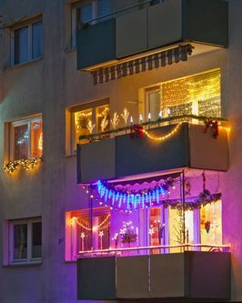 50 christmas balcony décor ideas which are opulent and classy christmas apartment balcony on christmas balcony decorations apartment patio id=66351