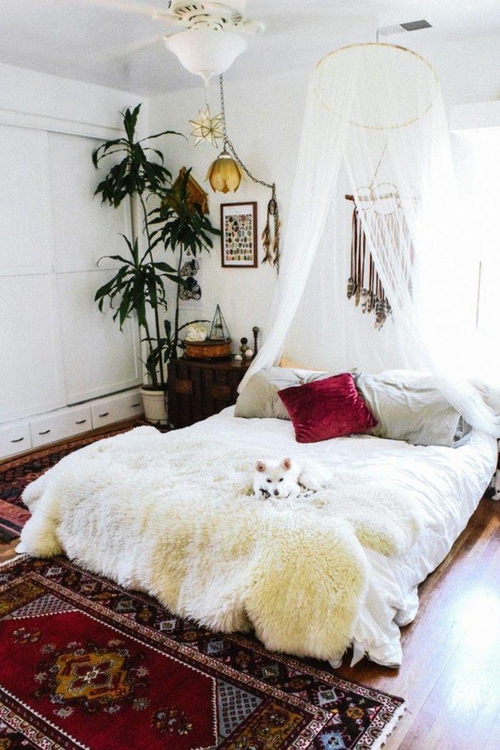 wohnungseinrichtung boho chic schlafzimmer schaffell baldachin - vintage schlafzimmer einrichten verspielte blumenmuster als akzent