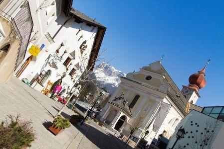 St. Ulrichin kylä sijaitsee Dolomiittien hiihtoalueen reunalla. http://www.lumipallo.fi/