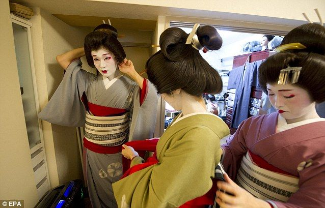 Following in his dead mother's foot-steps, the man who has become Japan's  only 'female' geisha who's a GUY-sha | Geisha, Female dancers, Japanese  geisha