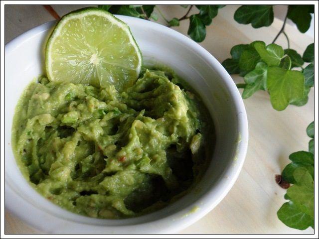 Een simpel recept voor snel guacamole dip te maken! http://www.lyvre.nl/recepten/simpele-guacamole/