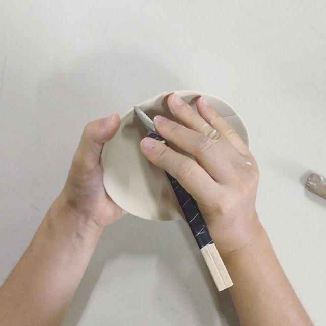 작은 화형 찬기🌺 남편 작업 후 제가 하는 마무리 작업이예요,  손이 참 짧고 통통해서 그것만 보이는 ㅎㅎ . #문도방 #@moondobang
