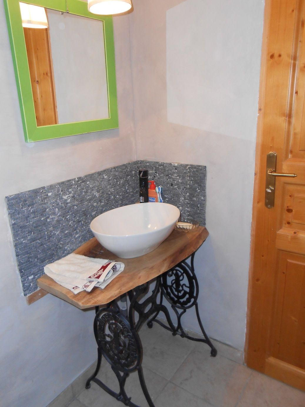 Pied De Machine A Coudre Ancienne Transforme En Meuble Vasque Plateau Noyer Brut Meuble Vasque Idee Salle De Bain Meuble Sous Vasque