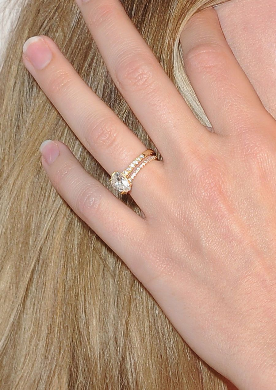 2d4019eda311c You Need to See This Close-Up of Margot Robbie's Engagement Ring ...