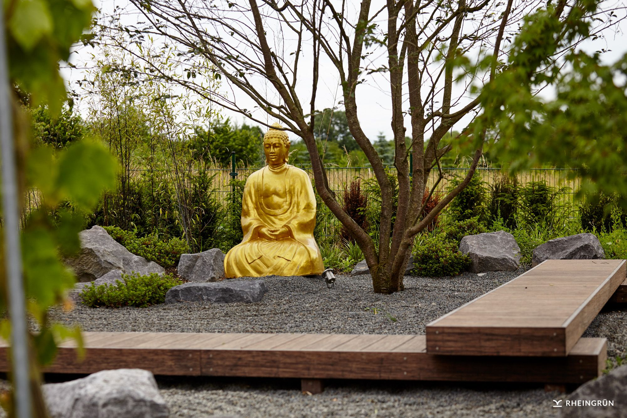 origineller japanischer garten mit goldener buddha statue in kiesbeet asiatischer garten. Black Bedroom Furniture Sets. Home Design Ideas