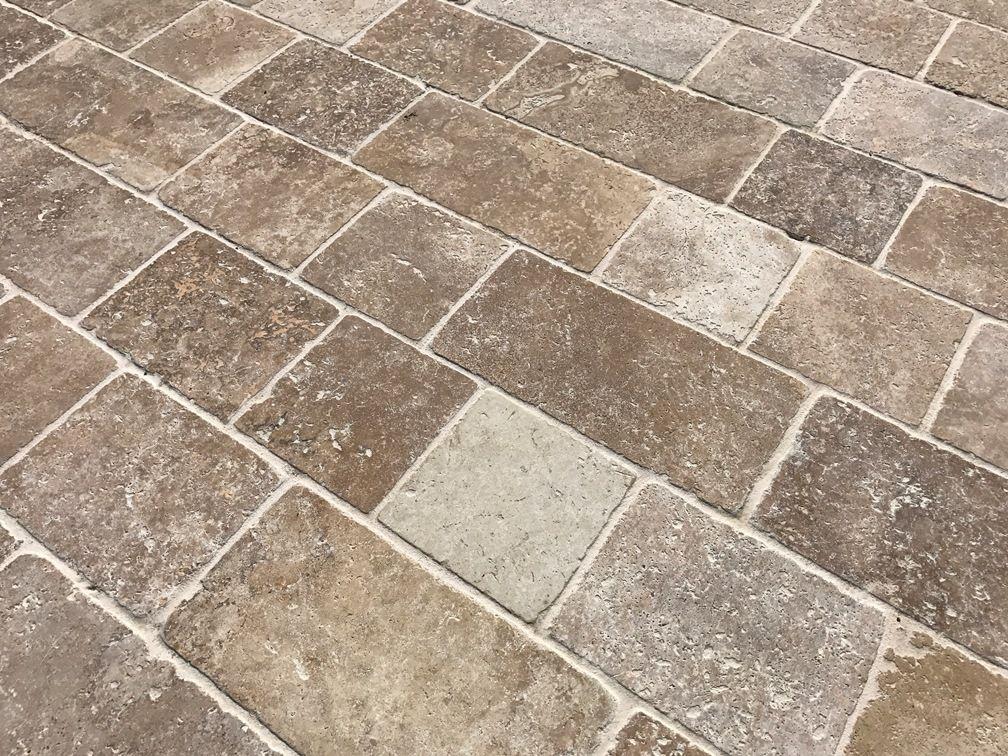 le pav travertin noisette en pierre calcaire sera parfait pour vos am nagements ext rieurs et. Black Bedroom Furniture Sets. Home Design Ideas