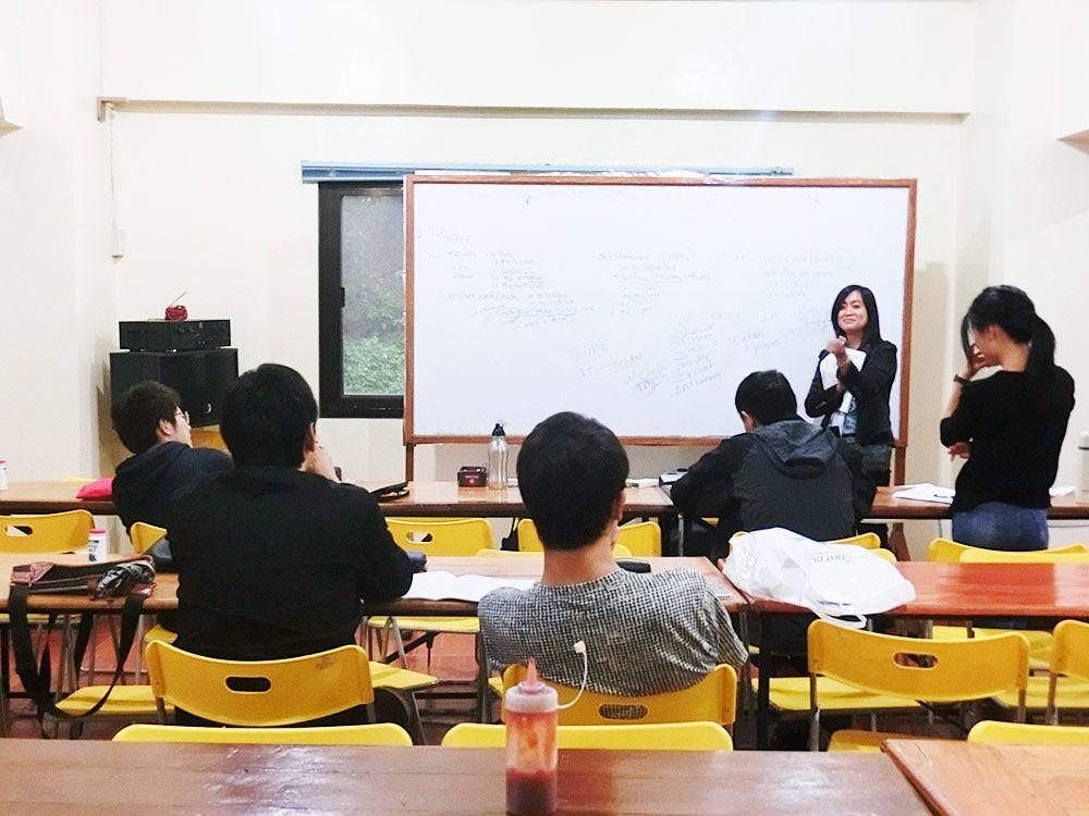 Lớp học ngữ pháp tại trường Anh ngữ Monol