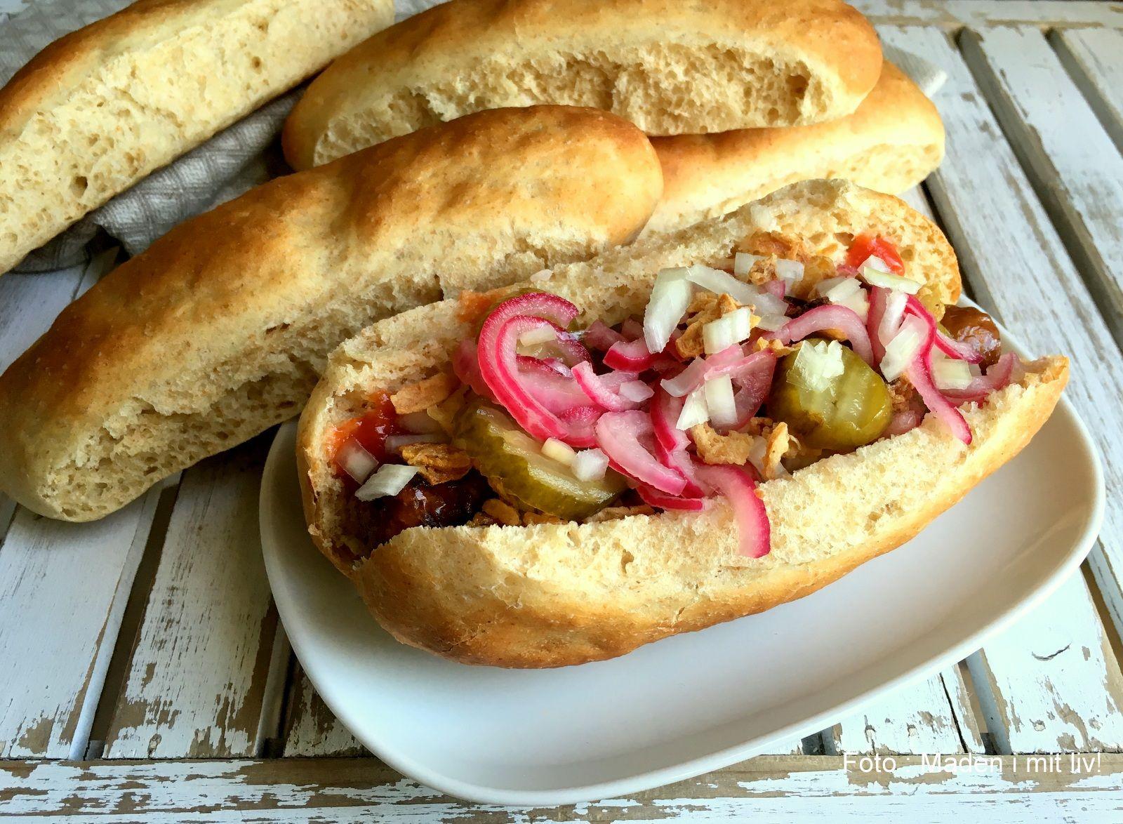 """Disse her super lette og luftige hotdogbrød, eller pølsebrød om man vil, kan jeg virkelig anbefale. Da jeg er af den klare overbevisning, at pølsebrød ikke skal være hverken tunge, """"flute-agtige"""" eller med en sprød skorpe, er delavet efter samme metode, som jeg efterhåndenbruger til almit brød, som skal være let og luftigt (fx hjemmebagte …"""