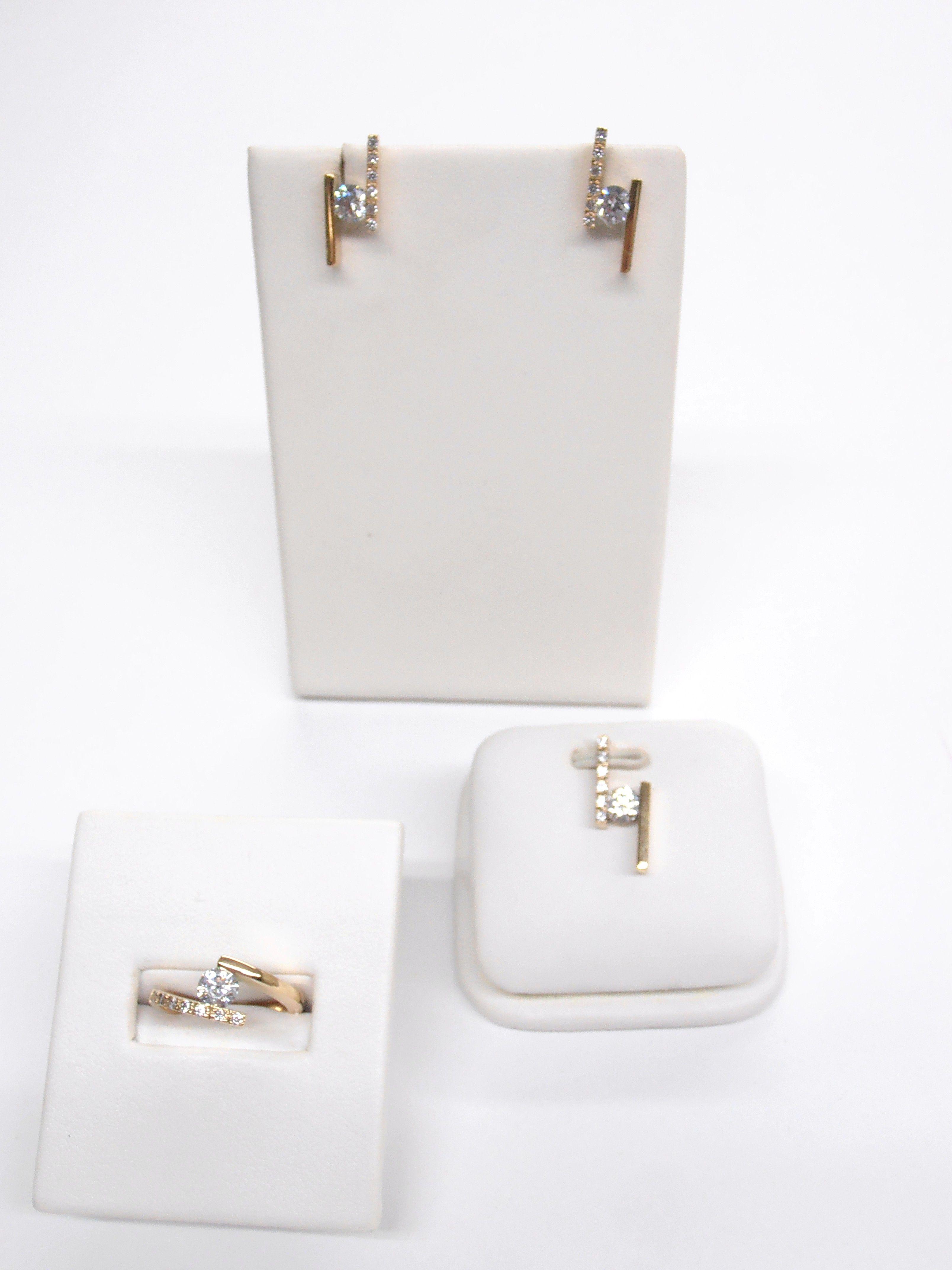 5fb051079f44 Buscas un regalo ideal  Este es un hermoso aderezo de  aretes ...