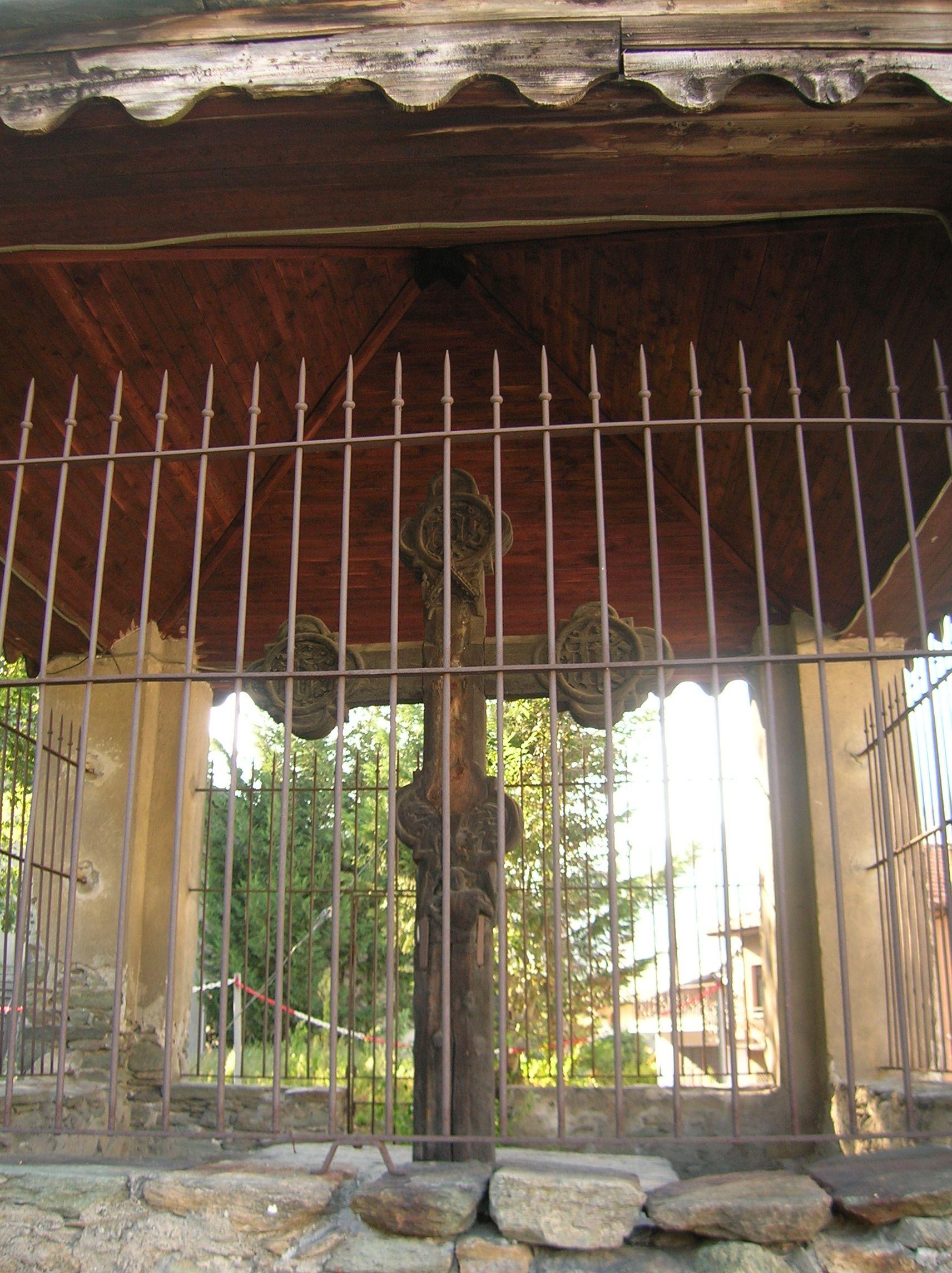 Fenis (Valle d'Aosta)  - Croce di Ramolivaz posta all'inizio dell'antico sentiero che conduce al castello