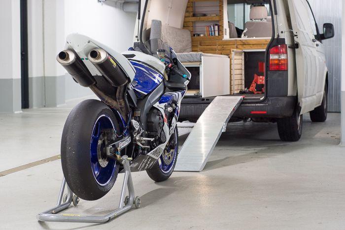 vw t5 transporter campingbus ausbau mit motorrad camper. Black Bedroom Furniture Sets. Home Design Ideas