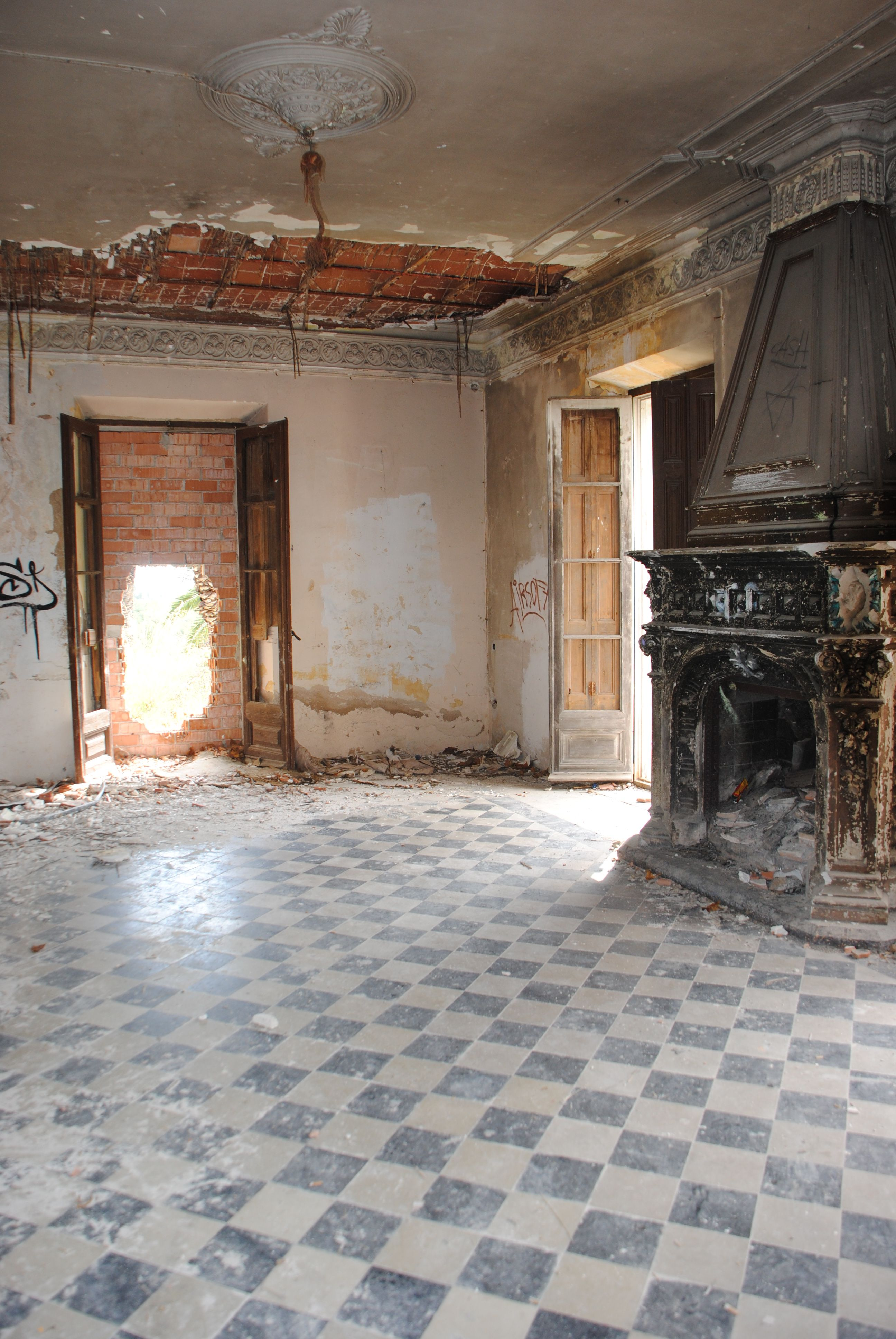 Photo I took on a recent trip to Barcelona.  Beautiful ruined casa just north of Bacelona.  I would like to have an amazing dinner party here with it just like this!