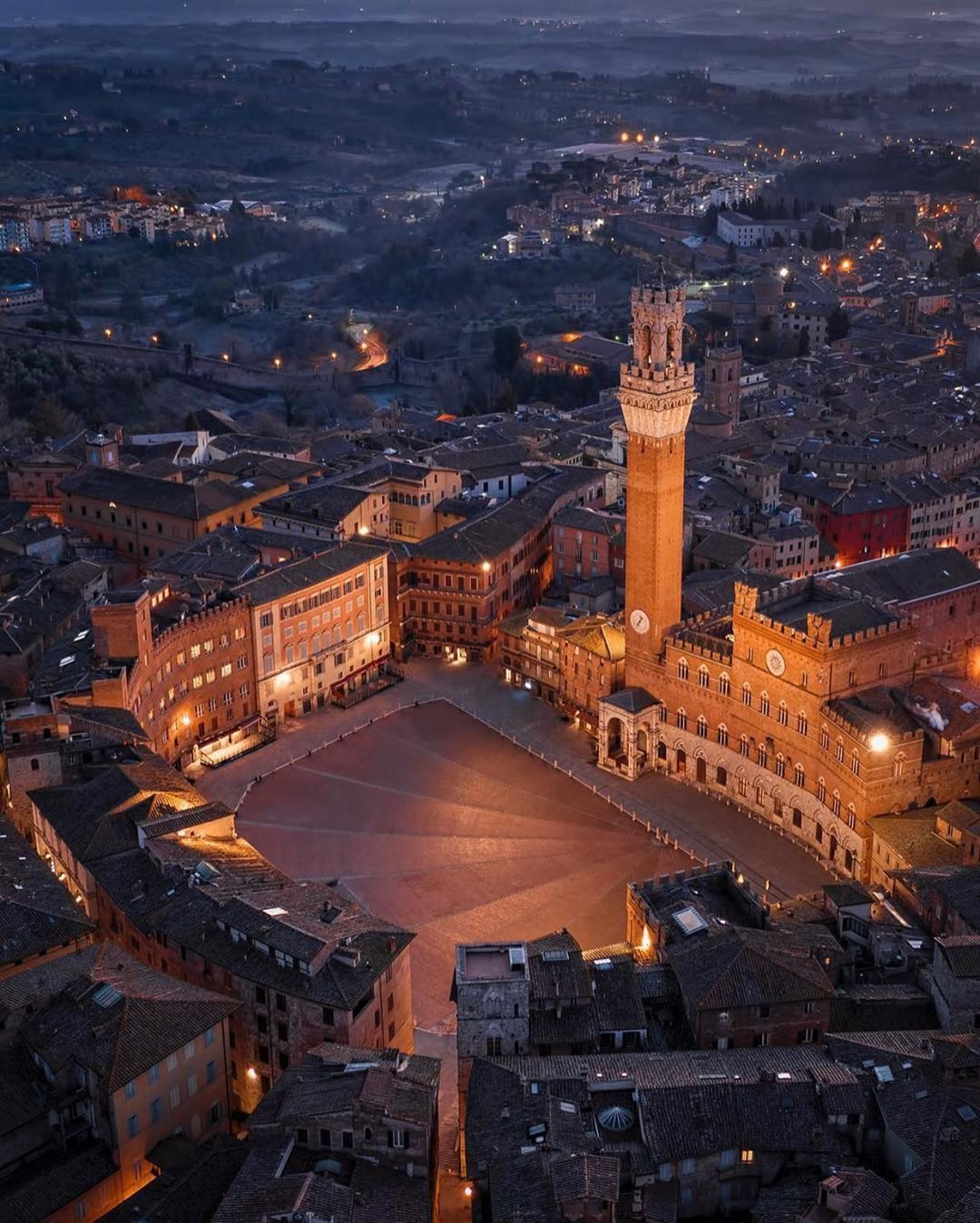 "Italy • Benvenuti a tutti! on Instagram: ""Nights in Siena. 😊✨  📍Siena 📷 @danieleragazzini · · · · #Italy #Italia #Italian #ItalianGirl #ItalianFood #visititalia #roma #rome…"""