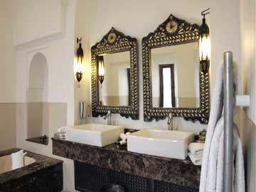 A royalty bathroom that comes with it in suite nr 5 of Riad Farnatchi