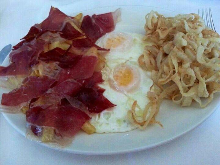 huevos con jamon y patatas rizos..