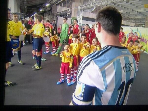 "Sweet pic ""@barcastuff: Picture: Messi before the game pic.twitter.com/KsTHG5iBGQ [via @messi_fotos]"""