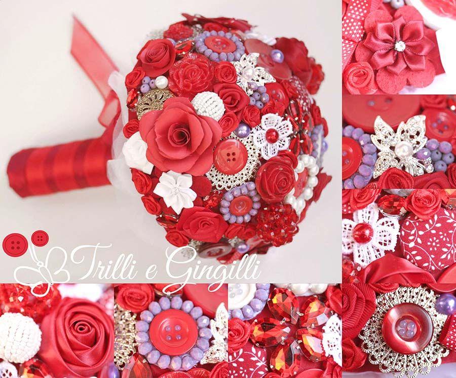 Bouquet sposa rosso alternativo  con fiori di stoffa, plastica e bottoni. Alternative red bouquet. Vuoi vedere altri bouquet simili? Vai su www.trilliegingilli.com