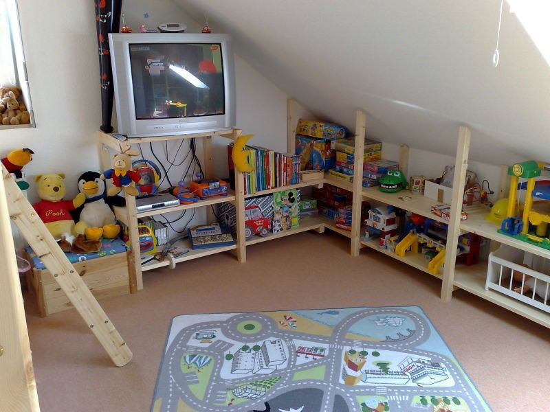 Regale und Kleiderschrank für Kinderzimmer mit Dachschräge