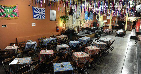 """A casa de samba Traço de União está com uma programação intensa para a quinta-feira pré-Carnaval. No dia 27 de fevereiro, a partir das 19h, um festival de atrações sobe ao palco: a bandaTraço de União, Aldo Bueno, Carllão Maneiro, DJ Tadeu, Carlos Junior e Criolé e suas Mulatas. Mulheres pagam R$ 30 e homens,...<br /><a class=""""more-link"""" href=""""https://catracalivre.com.br/sp/samba/indicacao/muito-samba-no-traco-de-uniao/"""">Continue lendo »</a>"""