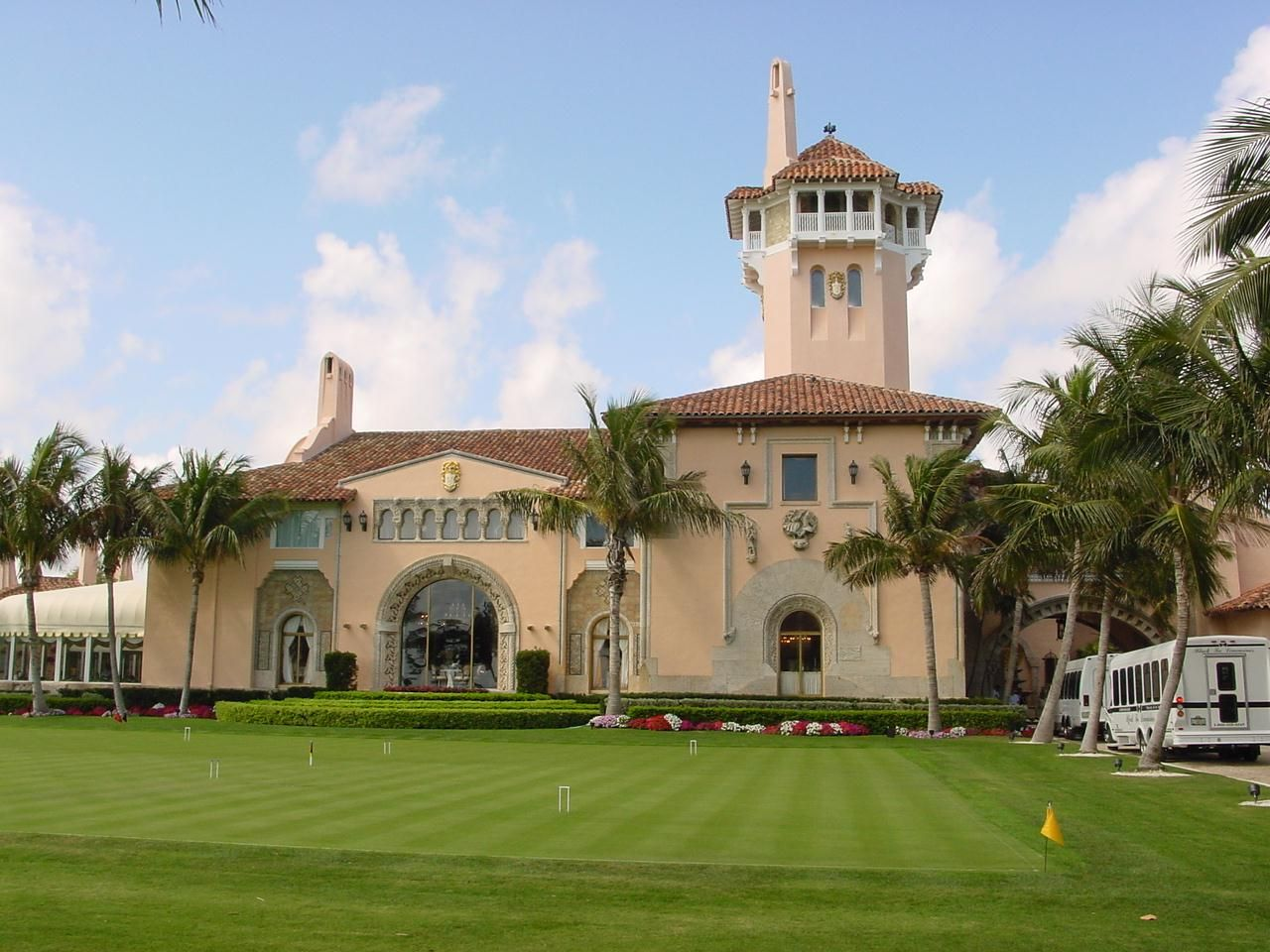 Atlantic Ocean Side Mar A Lago Palm Beach Florida Now Home To The Mar A Lago Club The 126 Room 110 000 Florida Mansion Celebrity Houses Beautiful Pools