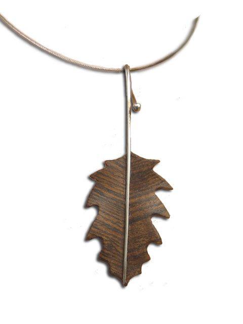 Dije Hoja de Roble 3, tallada en maderas preciosas como Bocote, Avellano, Madera de Cebra y Wenge entre otras. El Tallo es de Plata .925, hecho a mano de forma artesanal.