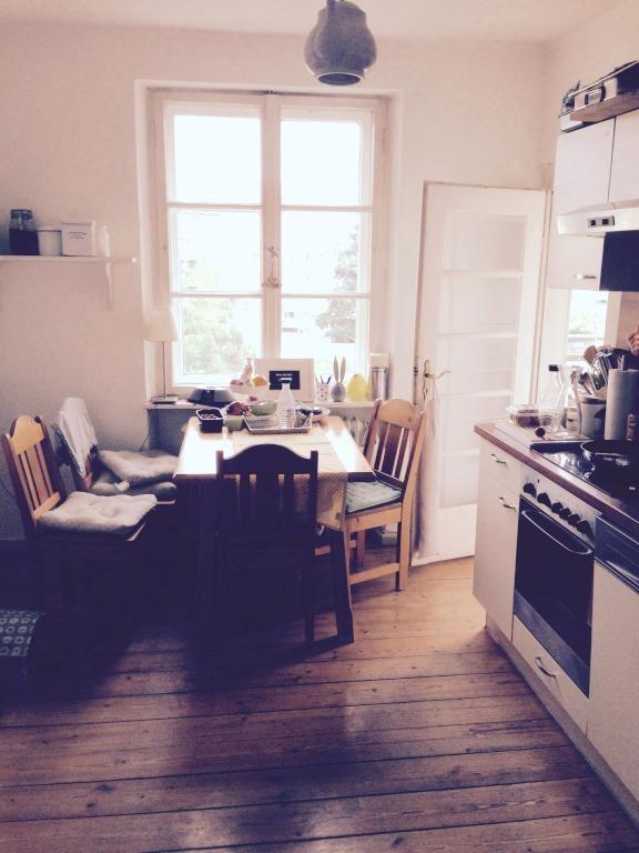 Gemütliche Küchenatmosphäre in Bamberger Innenstadtwohnung mit - holzdielen in der küche