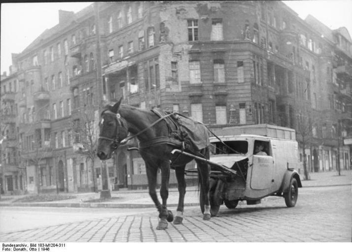 Fotoserie Nachkriegsjahre in Berlin: Bildergalerien - Mediacenter - Tagesspiegel 1PS zieht Lieferwagen, Berlin 1946,