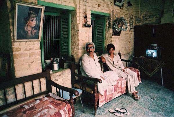 من التراث العراقي ول قطة م ن م نزل ت راثي ل عائلة ب غدادية سنة ١٩٨٤ م وطبيعة وجمال الجلسة في الحوش الداخلي Baghdad Iraq Baghdad Historical Pictures