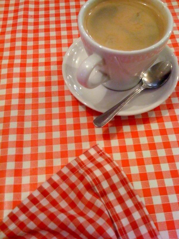 Ein kariertes Tischtuch wie dieses war meine Inspirationsquelle, meinen Vintage-Laden mit einer großen Kollektion im Vichy-Karo-Muster aufzustocken.  Gefunden auf: https://www.facebook.com/DottiePolka/photos/pcb.656759334416486/656759211083165/?type=1 Quelle: bit.ly/TQINdo Urheber: flickr/gemb1