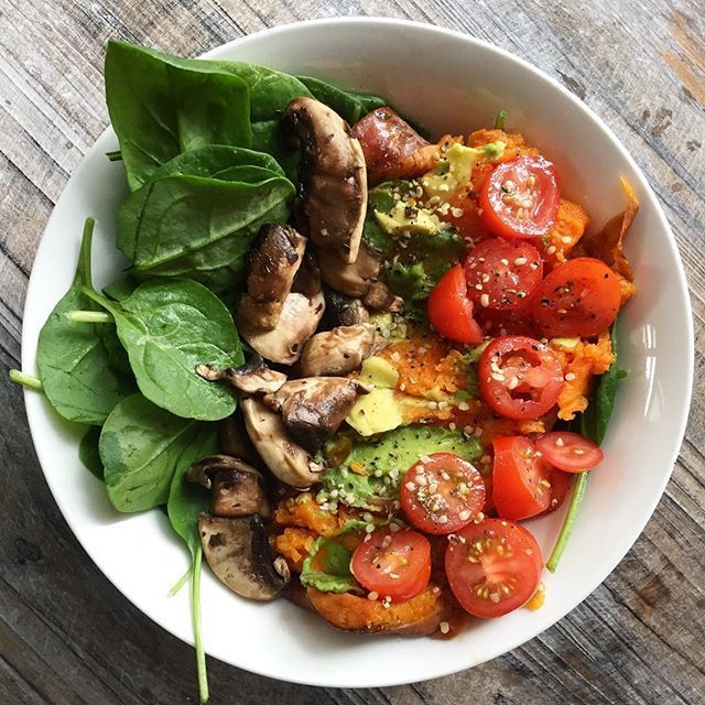 When you're onto a good thing, why stop? Obsessing over baked sweet potato with avo, lil tomatoes, lots of spinach and mushies 😍🍄 Such a nutrient dense dinner, topped off with hemp seeds which are extremely high in protein and omegas 3 & 6! 💚 #VEGAN