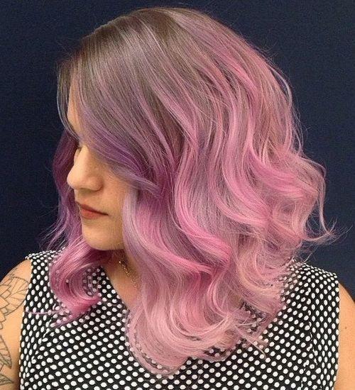 Cheveux brun et pointe rose
