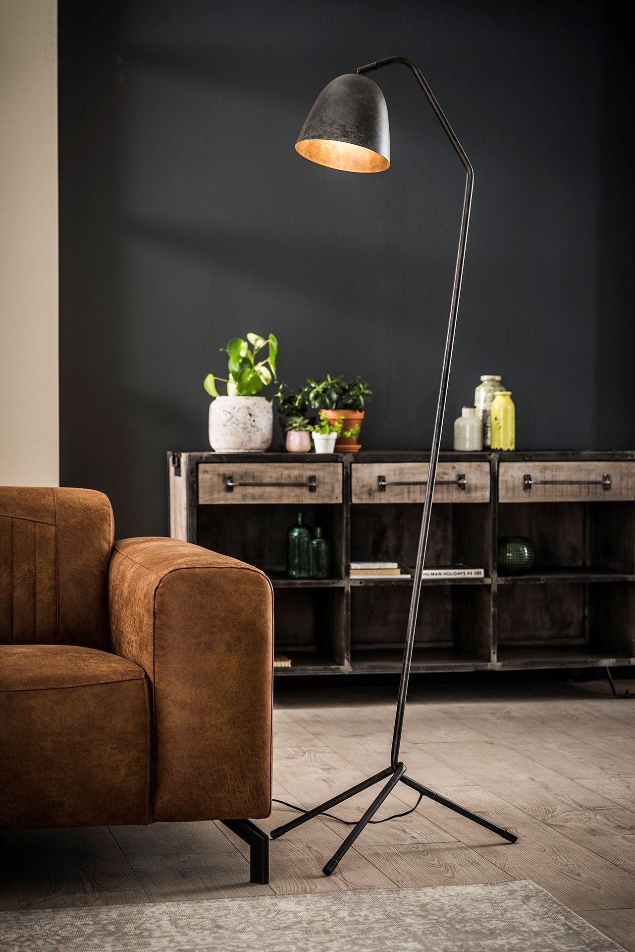 Die Stehlampe Triangleuberzeugt Durch Ihre Puristische Form Die Schlanke Rohre Das Stabile 3 Bein Gestell U Stehlampe Wohnzimmer Stehlampe Industrie Strahler