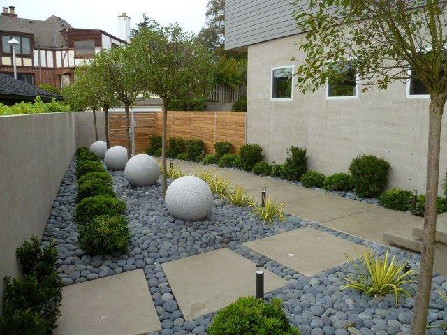 Ideen für Garten im Trend-Bodenplatten aus Beton-dekorative Kugel - moderner vorgarten mit kies