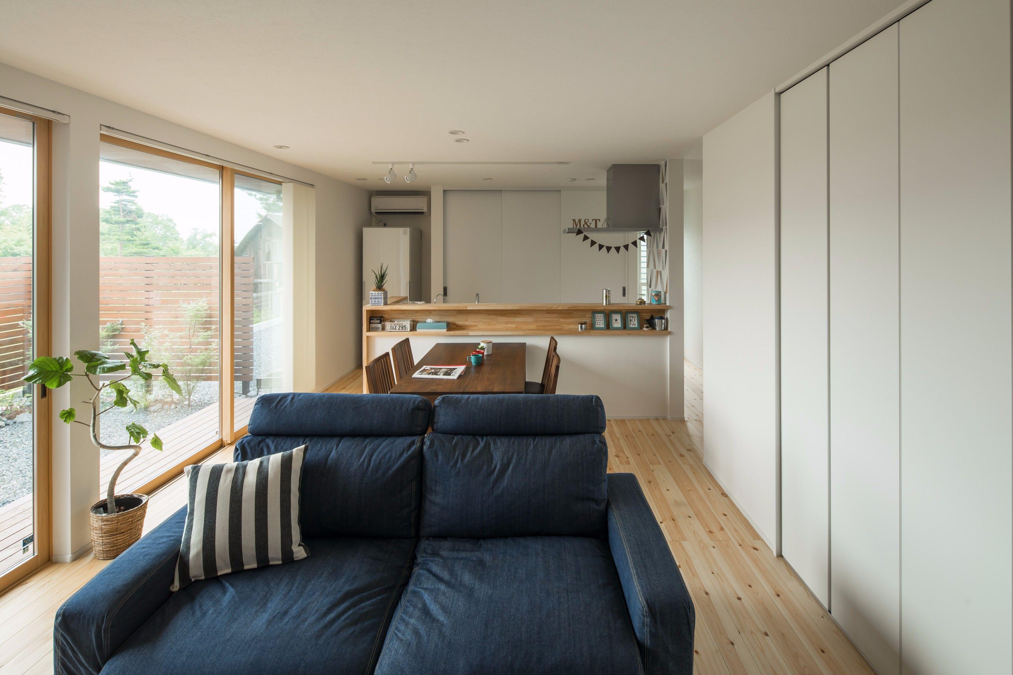 広がりを感じる一直線上に並ぶldk 低めの家具選びで部屋全体の重心を