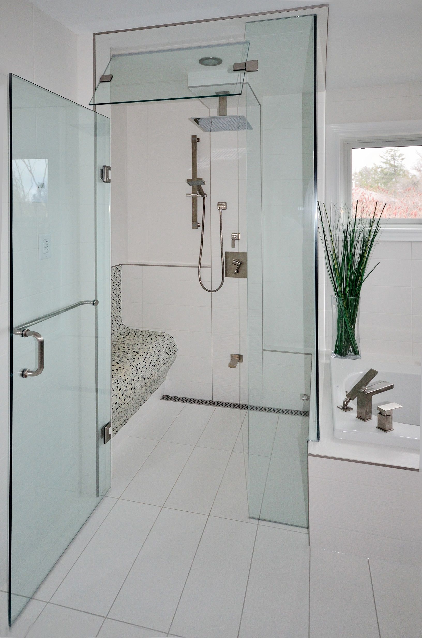This shower is completely stepless! Allowing the floor