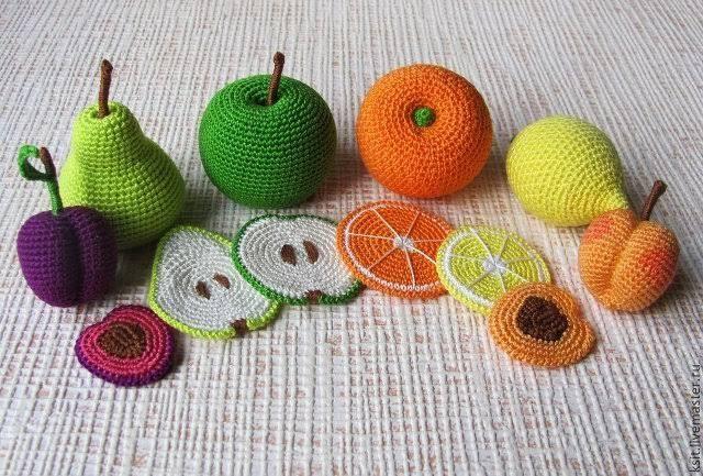Интересное и увлекательные игрушки можно изготовить самостоятельно из безопасных для здоровья материалов, как это демонстрируют российская мастерская Ksit. Вязаные из яркой пряжи игрушки в форме фр…