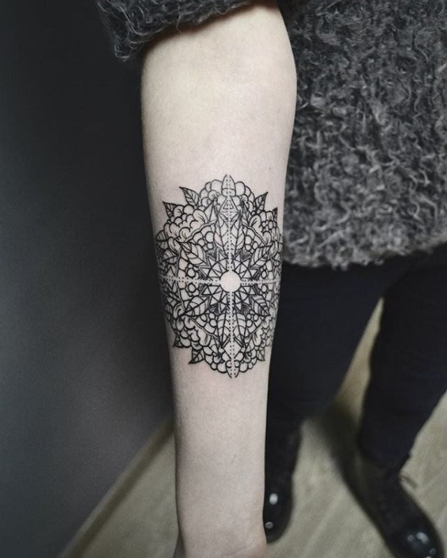 #girlswithtattoos #tattoos #armwithink #armtattoo #altocontraste #blackjeans #emogirl #hipstergirl