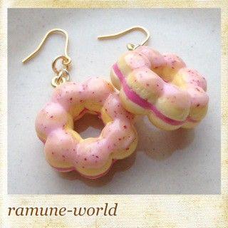 こんにちわ。ramune-worldのkeiです。作品を見てくださってありがとうございます。イチゴのつぶつぶクリームのピアスです。あいだにイチゴ色のクリームを... ハンドメイド、手作り、手仕事品の通販・販売・購入ならCreema。