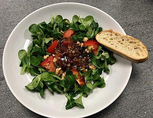 Feldsalat mit würzigem Honig - Senf - Dressing, ein gutes Rezept aus der Kategorie Fleisch & Wurst.