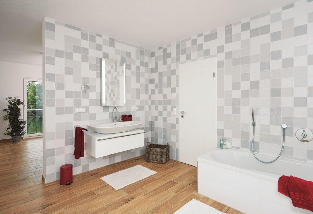 Badezimmer mit Holzboden Fliesen grau weiß - Inneneinrichtung - fliesen bad wei